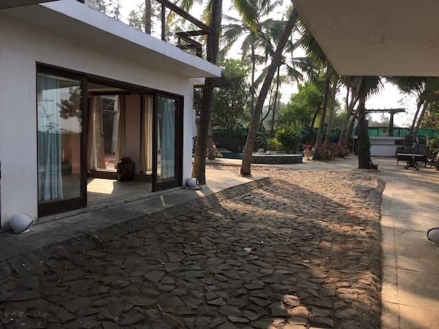 Secret luxurious getaway - beach front living - Kolgaon