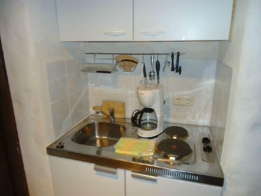 Kochnische (Geschirr/Töpfe etc. vorhanden)