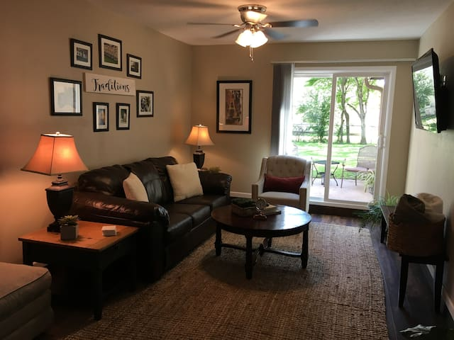 Close to campus - relaxing, clean duplex! 2/1