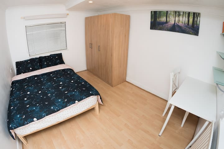 Lovely double room in cosy house close to center