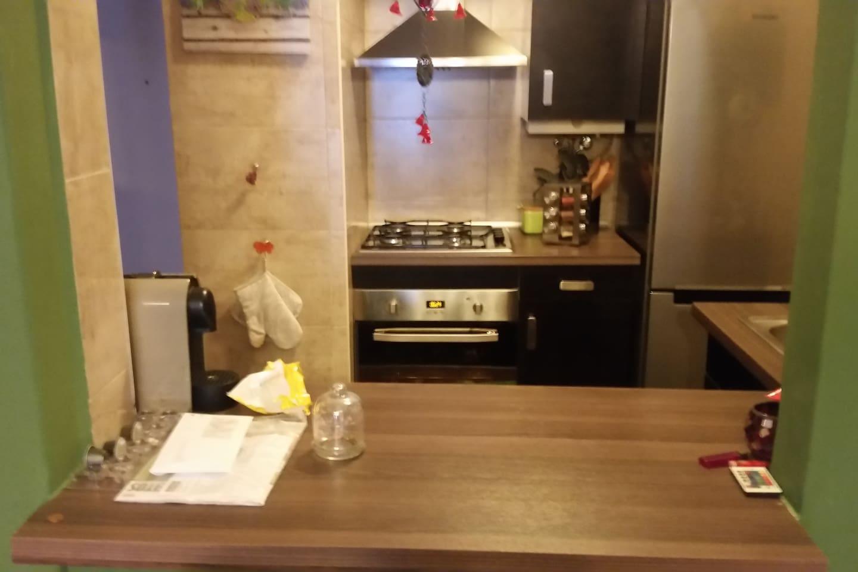 cozinha equipada com fogão, forno, frigorífico, chaleira, torradeira, máquina de café, e todos os utensílios de cozinha.