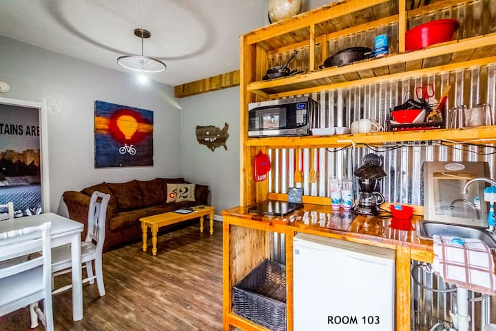 Family-friendly Cottage 103 - Discover the magic of the Colorado Rockies!  Nestled at the base of Pike's Peak, next to Garden of the Gods. 1 King, 2 Bunk Beds, Sleeper Sofa, Kitchenette, Yard