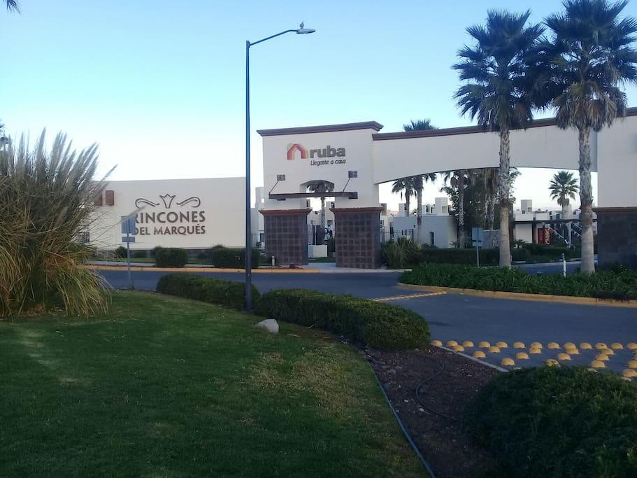 El fraccionamiento es sumamente seguro. Está muy cerca de los Parques Industriales Bernardo Quintana , El Marqués y a 25min del aeropuerto de Querétaro. A 1 hr de lugares turisticos como la Peña de Bernal y Tequisquiapan!
