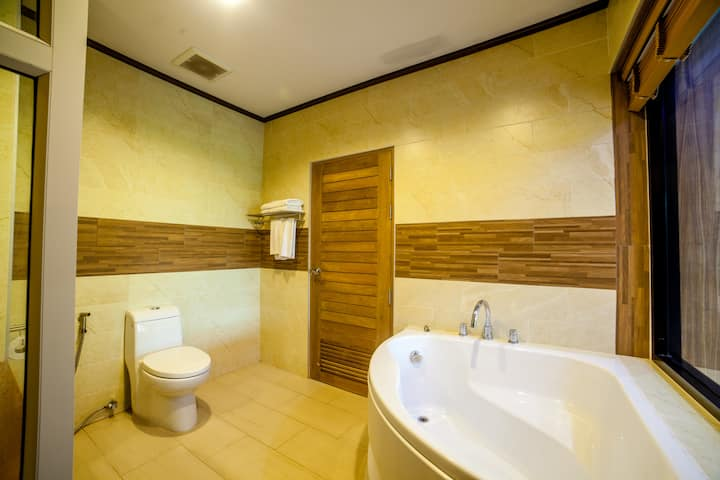 Chaokoh modern suite with bath tub free breakfast