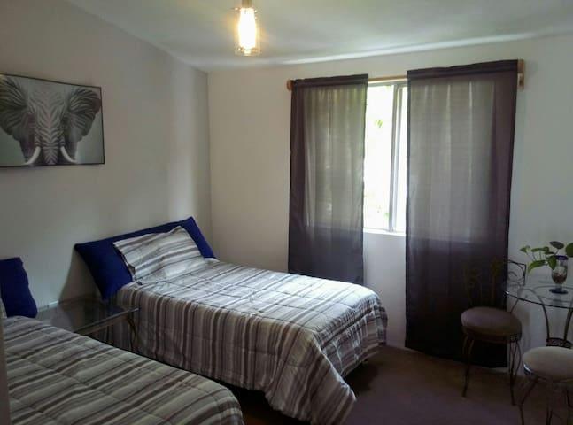 La habitación cuenta con un ambiente familiar.