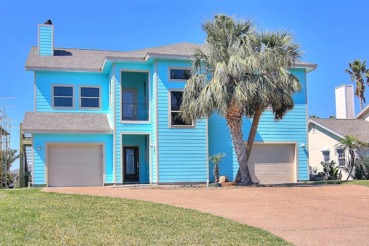 Large canal front home! Boat lift! Close to Rockport Beach!