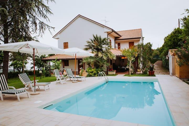 Villa in campagna con piscina e vista mare