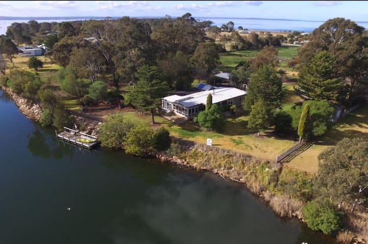 Bluff View River House - stunning riverfront