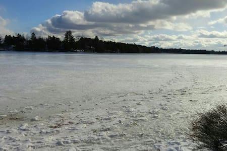 Magnifique chalet au bord du Lac Miroir - Bishopton