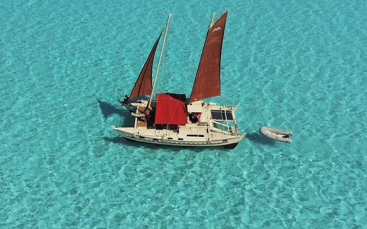 Catamaran polynésien sur le lagon de Bora Bora