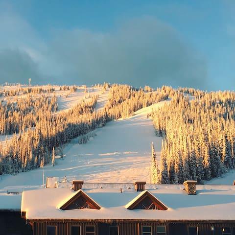 Ski-in Ski-out Lux Townhouse w Hot Tub Sleeps 12
