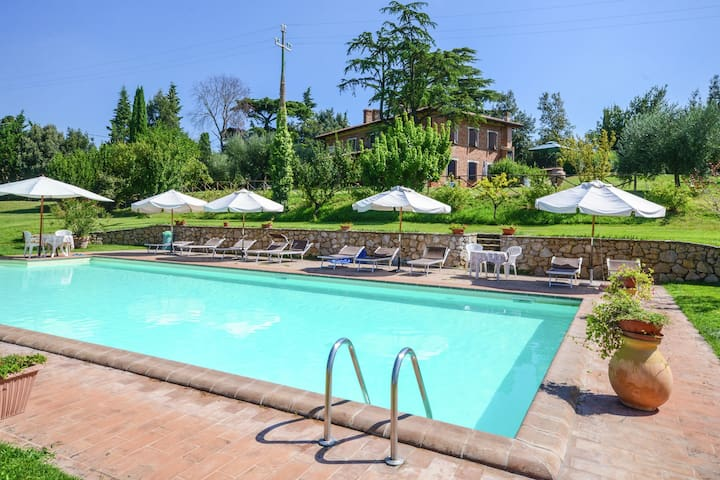 Cozy apartment between Tuscany and Umbria with pool, restaurant and lovely views