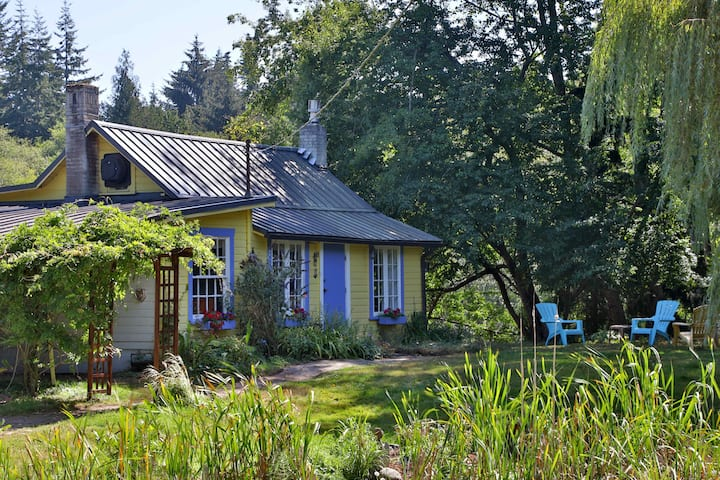 HOT TUB! Rustic Island Cottage on 13 acres