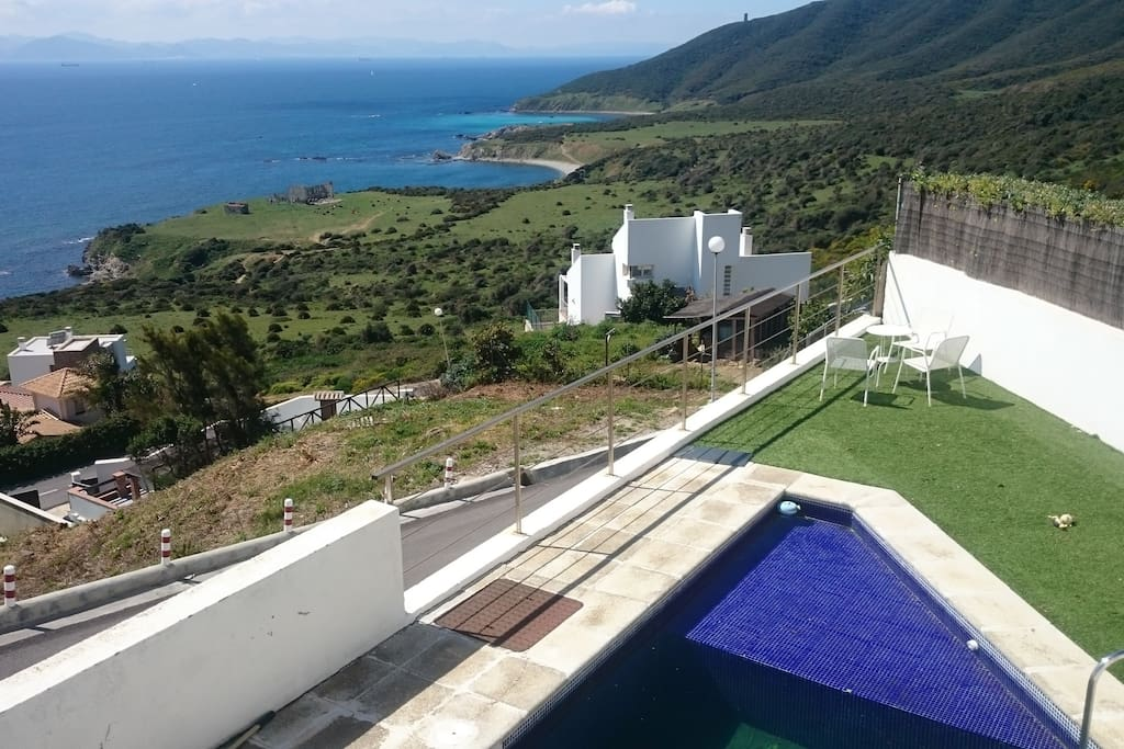 Villa con piscina frente al estrecho de gibraltar villas for Hoteles en algeciras con piscina
