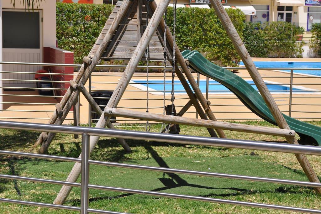 As crianças podem brincar no parque infantil ao lado da casa