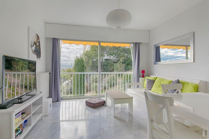 COSY FLAT - SEA VIEW - SWIMMING POOL & PARKING