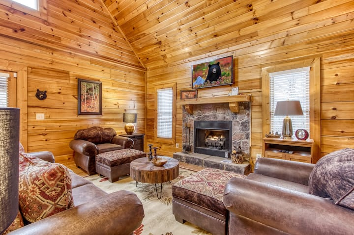 ★★ Spacious and Charming Cabin in the Hills ★★