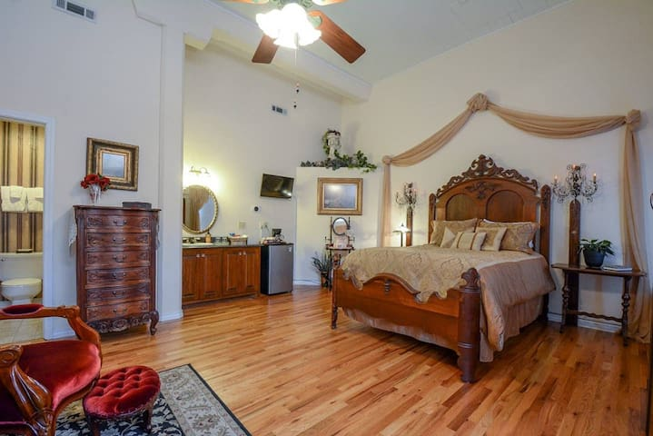 Brownstone Rose Suite, Incredible Eureka Springs Architecture, Easy walk to Downtown