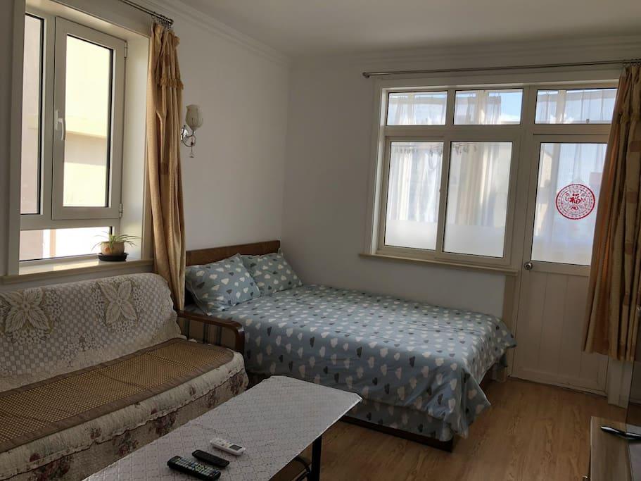 主卧兼客厅床和沙发,南面和东面都有窗户,采光非常好