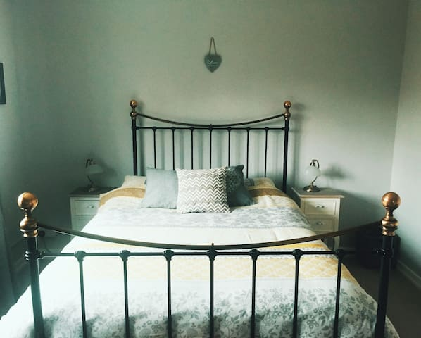 Ensuite double room, free parking & breakfast