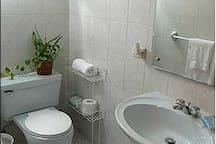 Baño completo fresco y ventilado