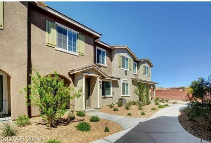 Cozy & New 3/2.5, quiet home in gated community!