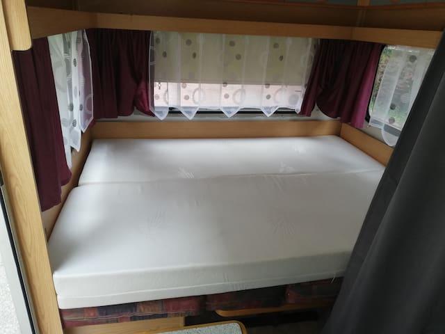 Liegefläche 140x196 Sitzecke mit Matratzen ausgelegt