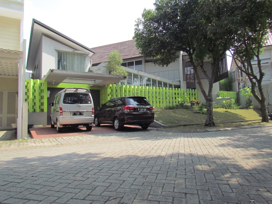 Tampak depan rumah / the house from the outside