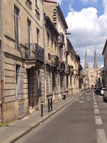 trés jolie rue avec vue sur la cathédrale