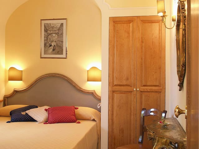 Double room-Budget-Ensuite with Shower-Courtyard view