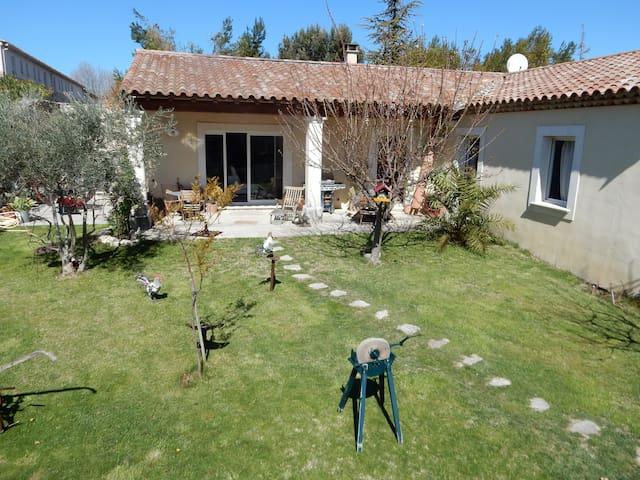 Villa avec jardin et parking au cœur du village