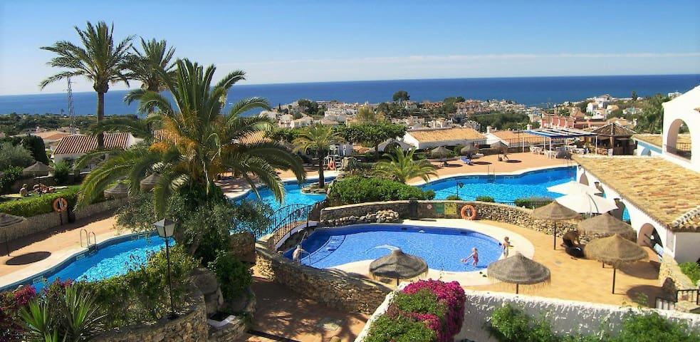 Right by the pool area in Capistrano Village! - Nerja - Lejlighed