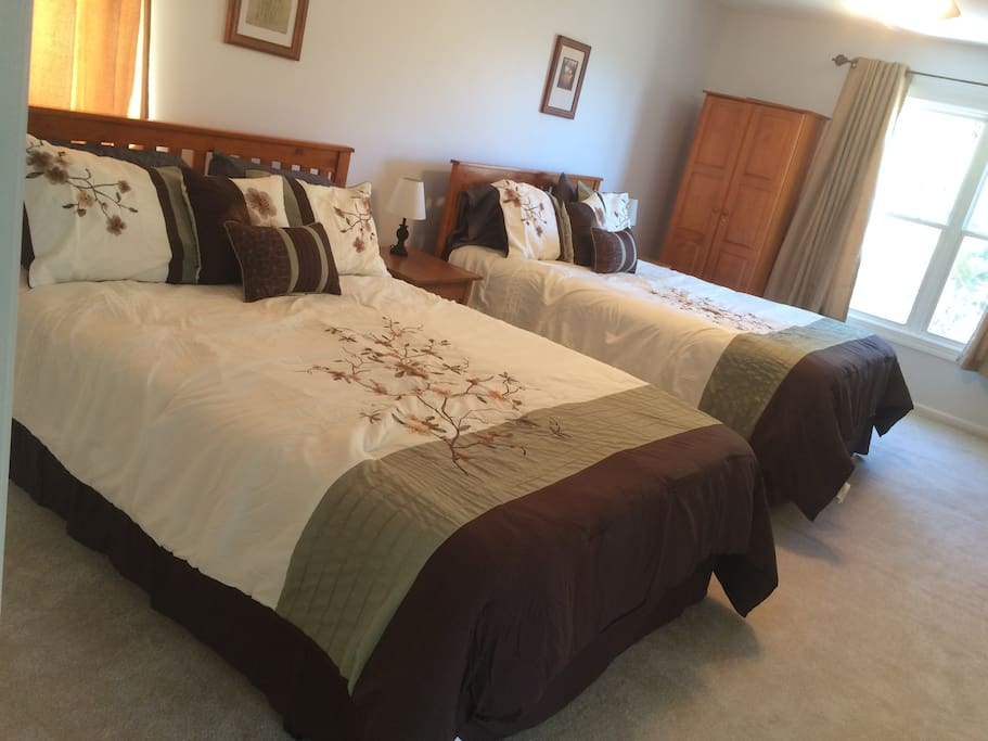 Huge Master Bedroom W/ Views. 2 Queen Beds. Lg Private Bath W/ Jetted Tub.