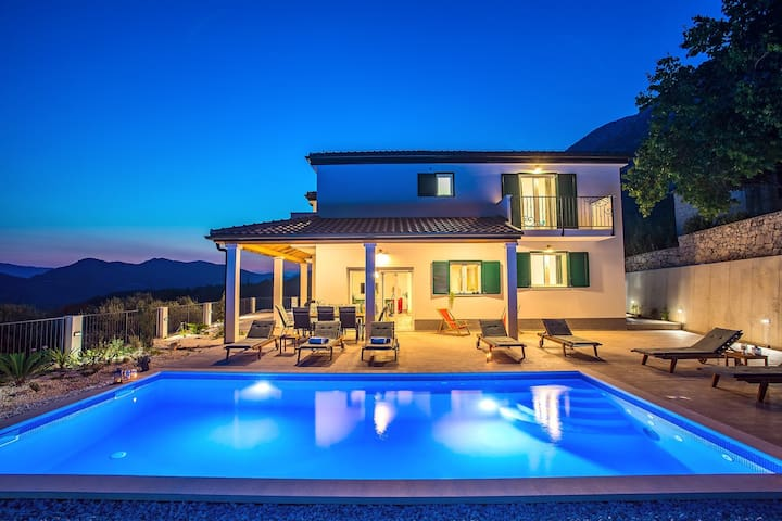 Villa Belina: 4 ensuite bedrooms, game room, heated pool, sauna & gym