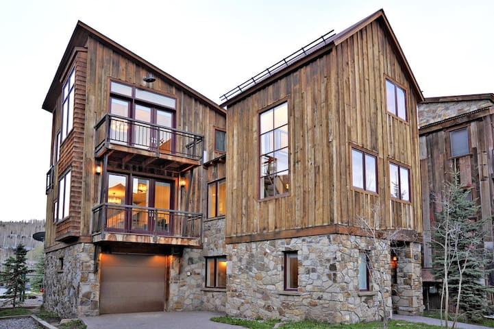 Pet Friendly, Contemporary Vacation Home with Beautiful Interiors, a Media Room & Close to the Slopes