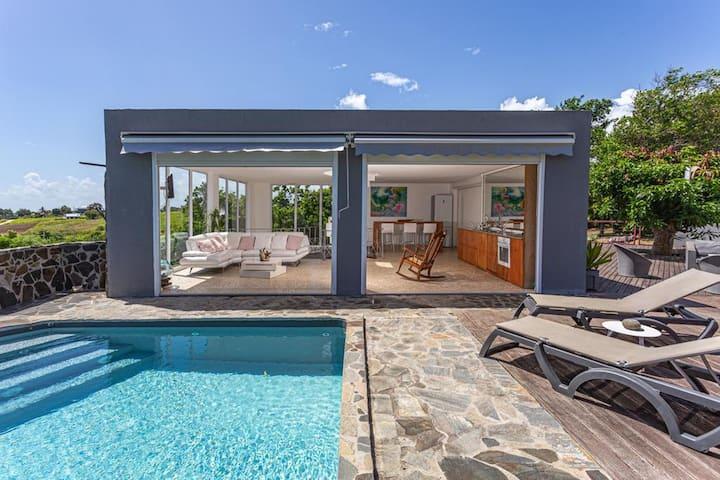 Villa de 2 chambres à Sainte Rose, avec magnifique vue sur la mer, piscine privée, jardin clos