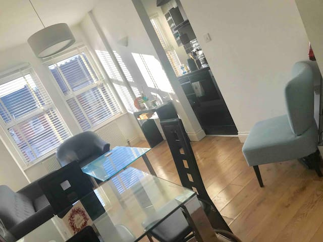 Two stunning double rooms in Hanwell