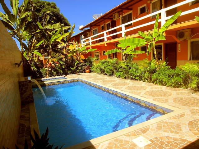 Jardim com piscina e cascata