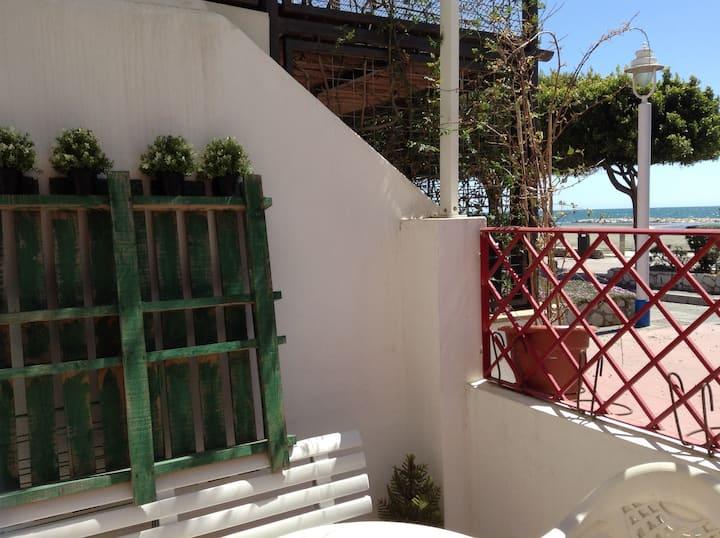 Casita al sol con patio en la playa de Malaga
