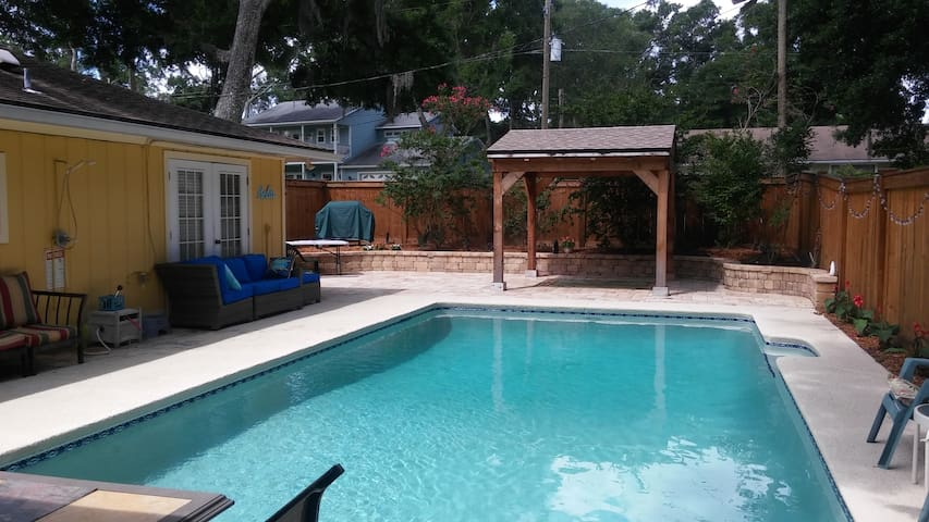 Lovely Private Suite. King Bed. Pool. Dog Friendly