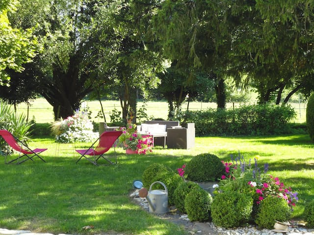 Spacious and quiet bed & breakfast - Saint-Saturnin-du-Bois - Inap sarapan