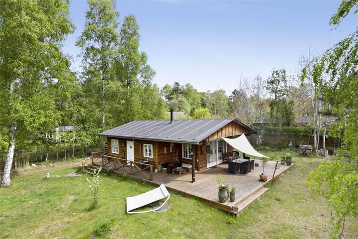 Sommerhus i nordisk stil, bo i skoven stille ro