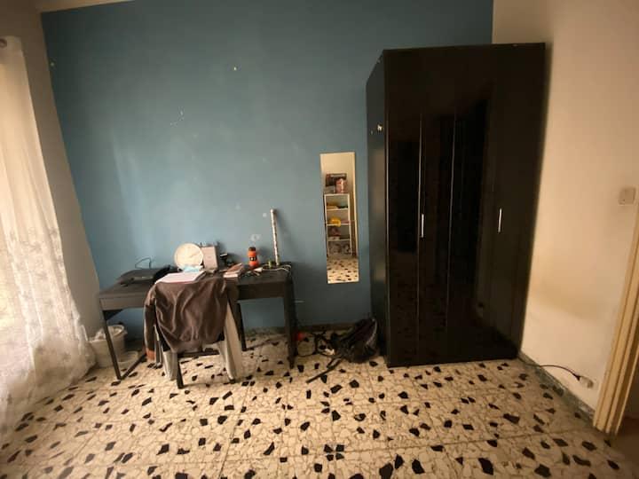 Camera privata con balcone comoda per il centro