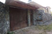 Portón  y entrada principal