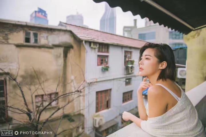 全国两会纪录片 设计师作品 超大电视有浴缸有阳台,复古里弄大平层90平米,近人民广场,步行外滩十分钟 - 上海 - Appartamento