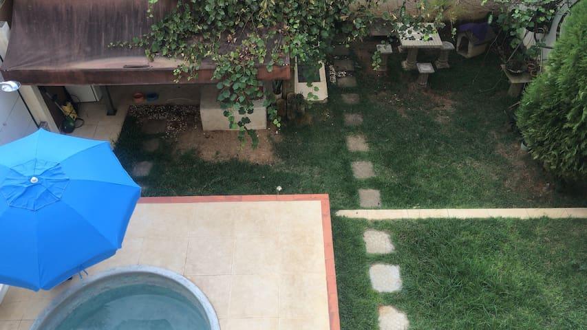 Quarto em casa com piscina e area de lazer garagem