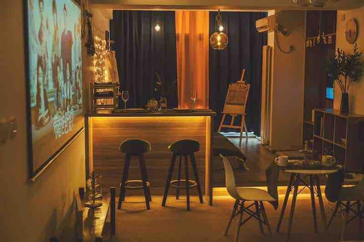 团居小宿 一线观江 中央大街 索菲亚网红桥.百寸影院投影 游戏机 可住多人  可做饭