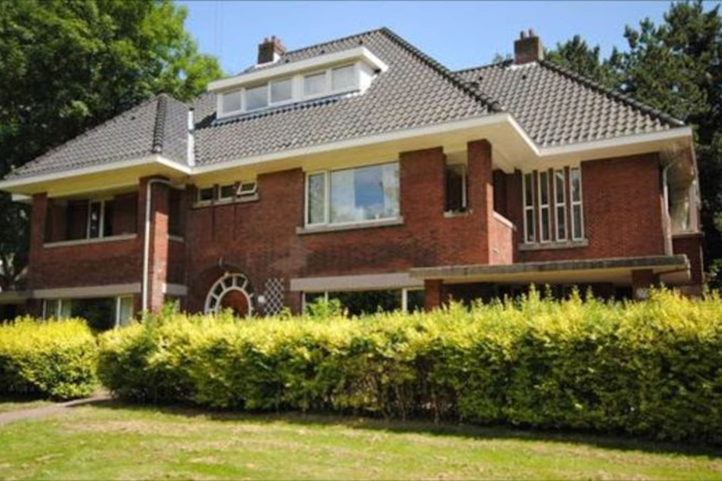 Spacious semi-detached family house (on airbnb, right house)
