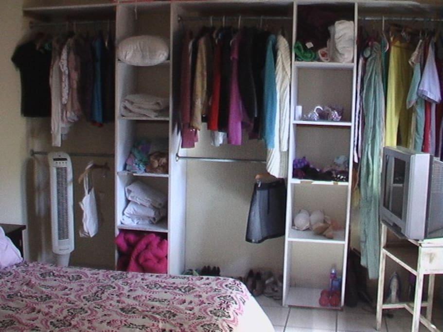 Closet con entrepaños
