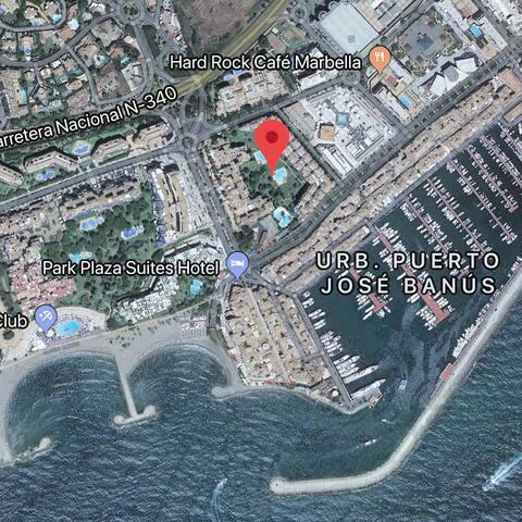 El apartamento está situado en el centro de Puerto Banus, junto al puerto y la playa.  The apartment is located in the heart of Puerto Banus, very close to the Barbour and the beach